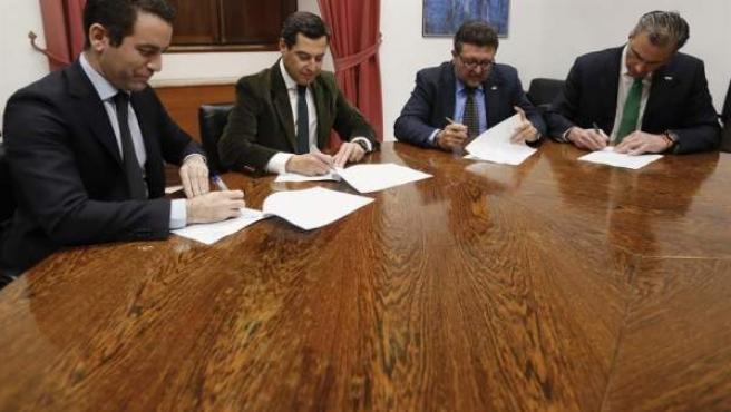 Los secretarios generales del PP, Teodoro García Egea (i), y de Vox, Francisco Javier Ortega Smith (d), firman junto a los líderes andaluces del PP, Juanma Moreno (2i), y de Vox, Francisco Serrano (2d), el acuerdo para permitir la investidura del candidato popular como presidente de la Junta de Andalucía.