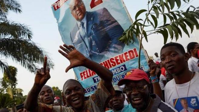 Partidarios del candidato opositor a la elección presidencial de la República Democrática del Congo, Félix Tshisekedi, esperan los resultados de los comicios en Kinshasa.