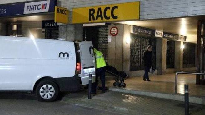 Imagen de la furgoneta que transporta el cadáver de la mujer asesinada en Banyoles.