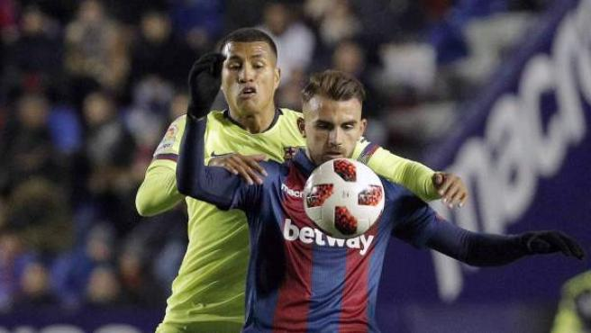 Murillo y Mayoral pugnan por un balón en el Levante-Barcelona de Copa del Rey.