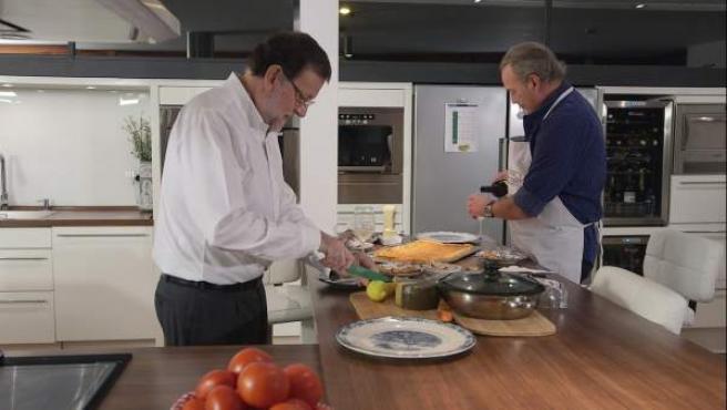 Mariano Rajoy y Bertín Osborne cocinando