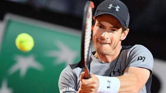 El tenista británico Andy Murray devuelve una bola al italiano Fabio Fognini durante el partido que les enfrentó en el Abierto de Tenis de Italia.