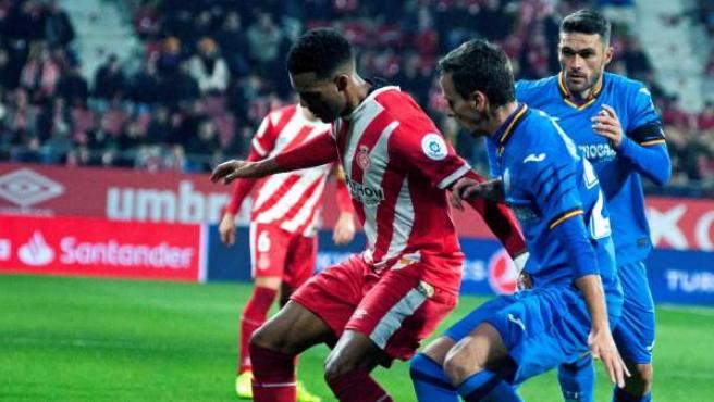 Ramalho defiende un balón ante Maksimovic en el Girona-Getafe.
