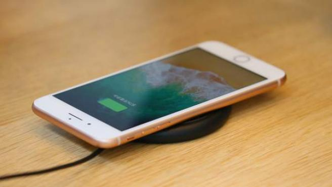 Un iPhone cargando la batería.