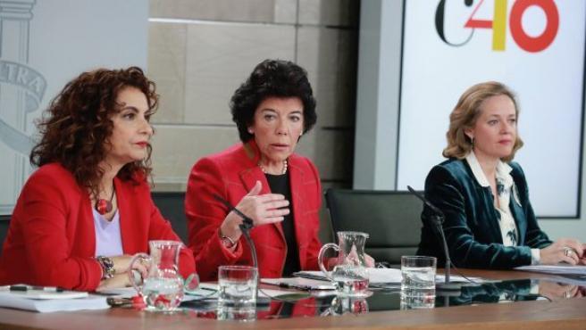 La portavoz del Gobierno, Isabel Celaá (c), la ministra de Hacienda, María Jesús Montero (i), y la de Economía, Nadia Calviño (d), durante la rueda de prensa posterior al Consejo de Ministros.