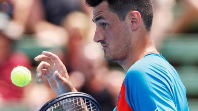 Bernard Tomic ha sorprendido al mundo del tenis con un saque insólito ante Kyrgios.