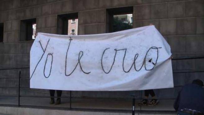 """Pancarta con la inscripción """"Yo te creo""""."""