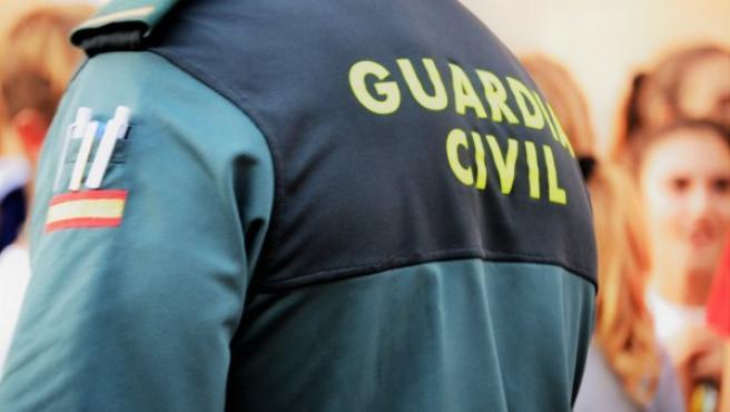 Imagen de archivo de un agente de la Guardia Civil de espaldas.