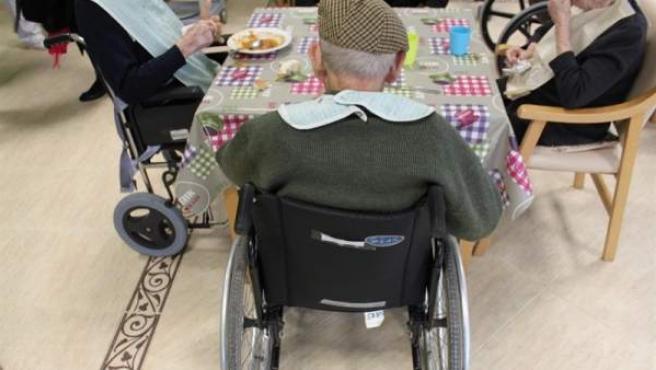 Un anciano con discapacidad y dependencia, en una imagen de archivo.