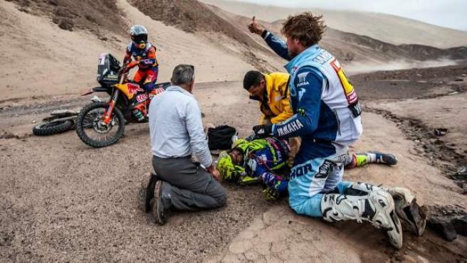 Lorenzo Santolino es atendido por los pilotos Adrien Van Beveren y Luciano Benavides tras su accidente en el Dakar