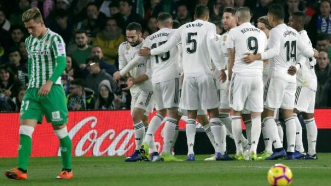 Los jugadores del Real Madrid celebran un gol en el partido del Betis.