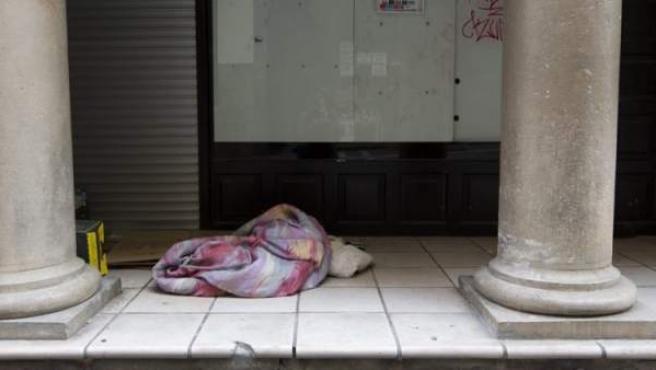 Una persona 'sin techo' duerme en la vía pública