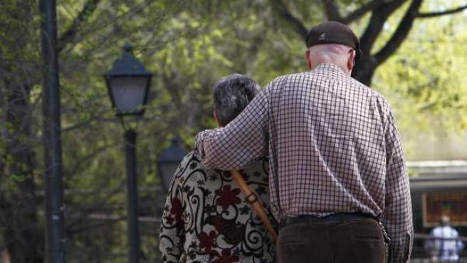 Dos ancianos caminan por las calles de Madrid.