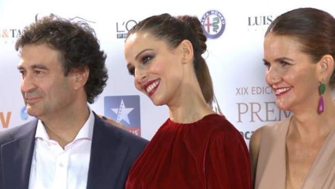 Eva González posa entre dos de los miembros del jurado de 'MasterChef'.
