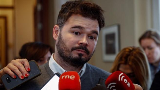 El portavoz de ERC, Gabriel Rufián, atiende a los medios en el interior del Congreso antes de asistir a la Junta de Portavoces.