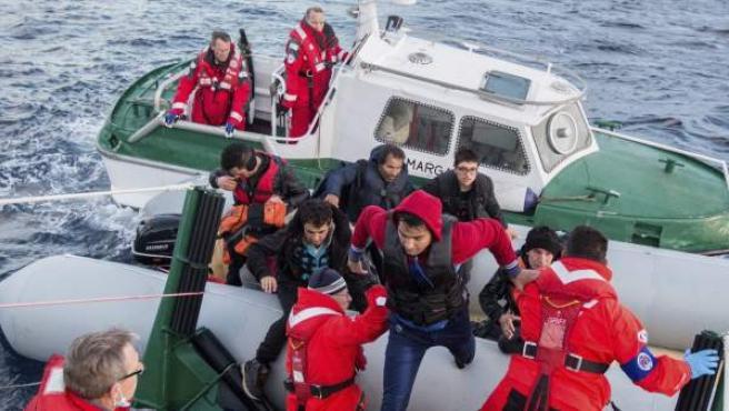 Ciudadanos afganos rescatados en el mar Egeo entre Turquía y Grecia.