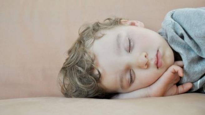 Imagen de archivo de un niño dormido.