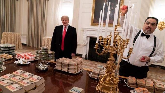 El presidente de EE UU, Donald Trump, presenta la comida rápida con que recibió en la Casa Blanca a los Tigres de Clemson, el equipo ganador del campeonato nacional de fútbol americano universitario.