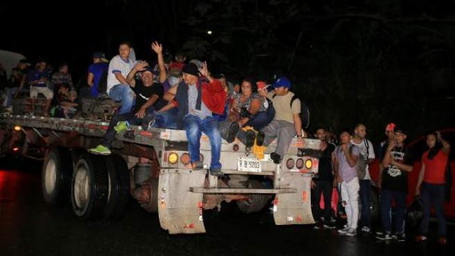 Grupos de ciudadanos hondureños que emigran a los Estados Unidos salen en caravana de la ciudad de San Pedro Sula (Honduras).