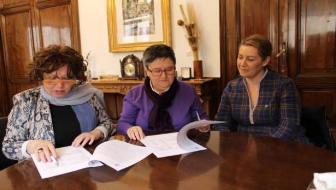 Encarnación Pérez y Pilar Rodríguez firman el acuerdo .