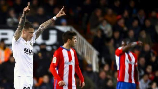 Santi Mina celebra uno de sus goles en el Valencia-Sporting de Gijón de Copa.