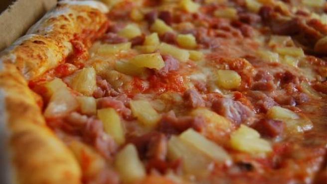 El eterno dilema de ponerle o no ponerle piña a la pizza.