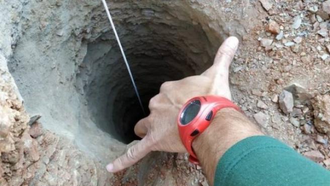 El pozo de 110 metros de profundidad y 25 centímetros de diámetro en el que ha caído el niño de 2 años, en Totalán (Málaga).