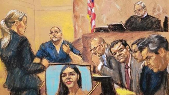 La asistente del Fiscal, Gina Parlovecchio (i) interroga al testigo de la Fiscalía, el colombiano Alex Cifuentes (2i), frente al juez Brian Cogan (arriba), el narcotraficante mexicano Joaquín 'El Chapo' Guzmán (3d) y sus abogados, en el tribunal del Distrito Sur en Brooklyn, Nueva York.