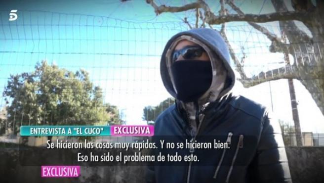 El Cuco entrevistado por El programa de Ana Rosa, aparece con el rostro cubierto con gafas y pasamontaña.