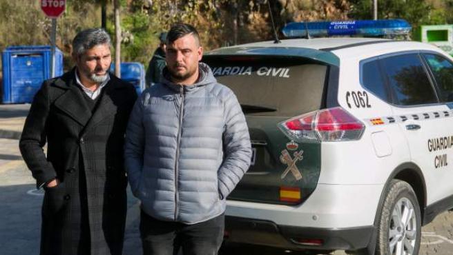 Juan José Cortés, padre de Mariluz -la niña asesinada en 2008 en Huelva- (i), acompaña a José Roselló, padre de Julen.