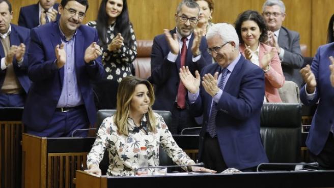 Susana Díaz, aplaudida por su grupo, tras su intervención en el Parlamento andaluz.
