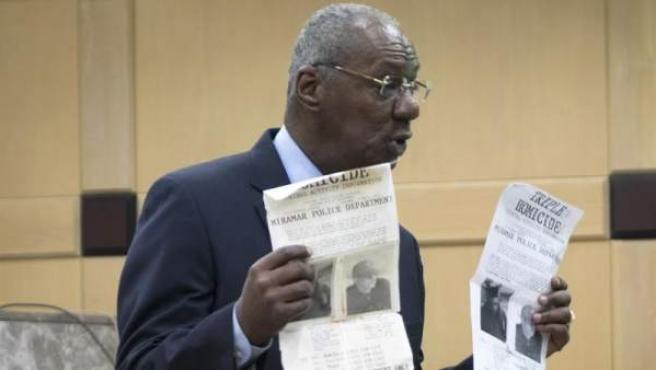 El fiscal Chuck Morton presenta documentos y pruebas durante el juicio del hispano-estadounidense Pablo Ibar, en el tribunal estatal de Florida (EE UU).