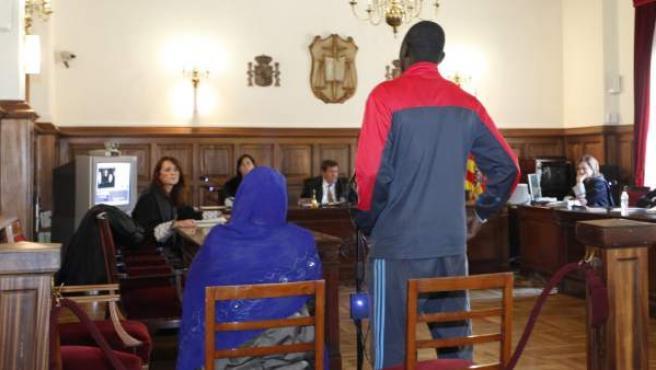 Un matrimonio durante su comparecencia en el juicio en el que se les acusa de practicar o cooperar en la ablación de su hija.
