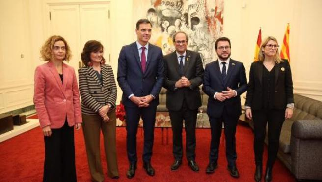 Sánchez, Torra, Batet, Calvo, Aragonès y Artadi posan en Palau de Pedralbes el pasado mes de diciembre.