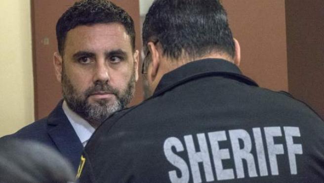 Un agente quita las esposas a Pablo Ibar en el tribunal.