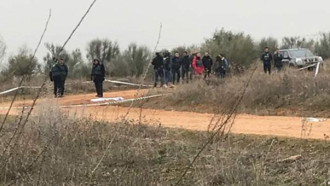 El cadáver de la mujer, tapado por una manta en el camino entre Meco (Madrid) y Villanueva de la Torre (Guadalajara).