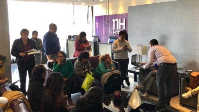 Imagen de los pasajeros esperando en el hotel.