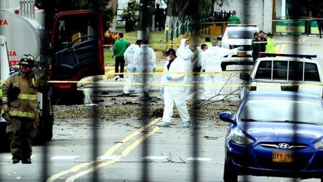 Agentes policiales, en el lugar donde un coche bomba estalló en Bogotá, en la Escuela General Santander de la Policía de la capital colombiana.