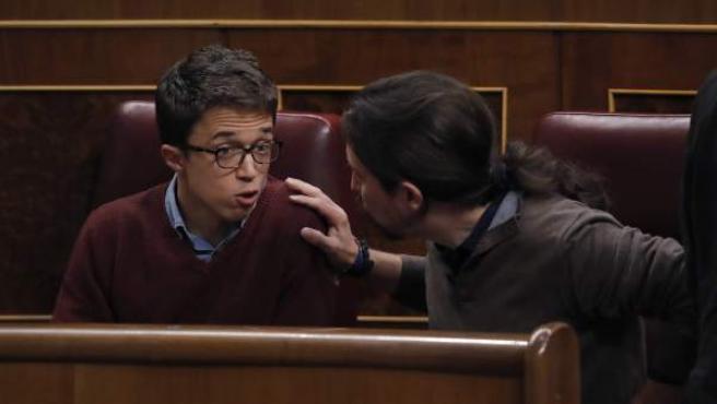 Discusión entre Iglesias y Errejón durante el Pleno, a la vista del Hemiciclo.