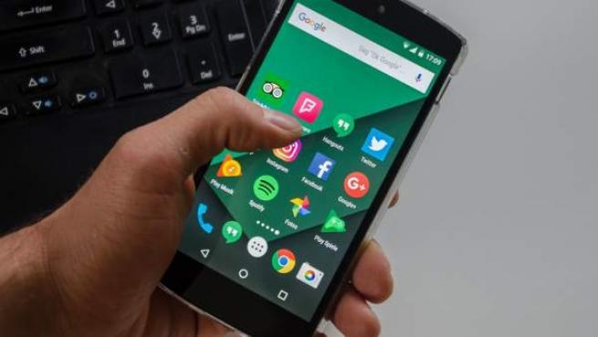 Un smartphone Android con diferentes aplicaciones, entre ellas Google Photos.