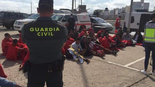 Inmigrantes custodiados por la Guardia Civil en Puerto Naos (Tenerife).