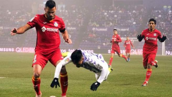 Leo Suárez (Valladolid) cae ante Bruno González (Getafe).