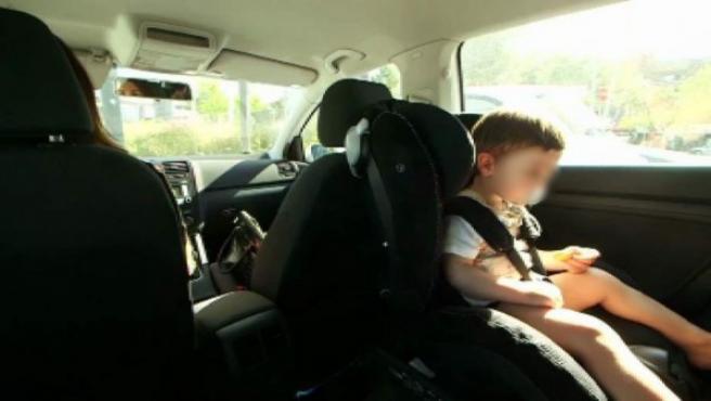 Imagen de archivo de un niño en un coche.