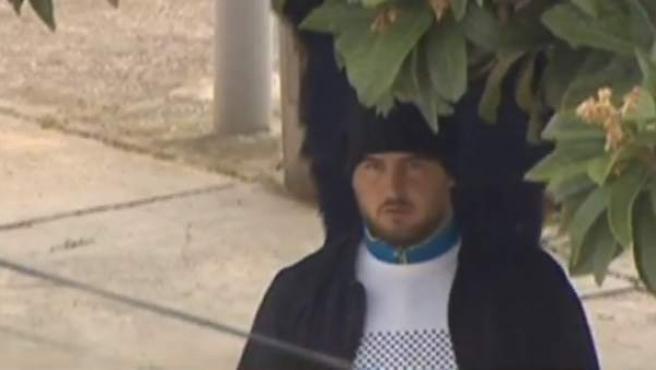 José Roselló, padre de Julen, espera impaciente en la casa de una vecina de Totalán durante el operativo de rescate del niño.