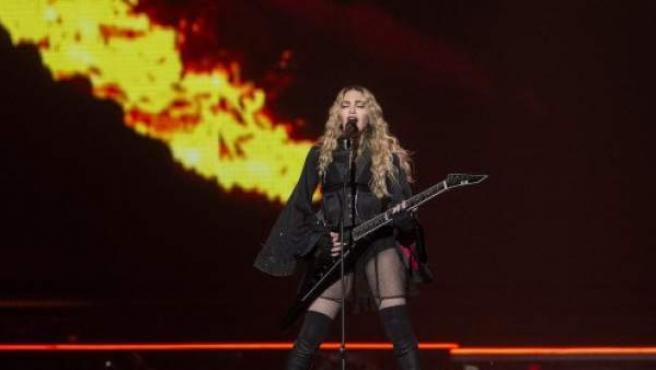 Madonna interpretando 'Burning Up' durante el 'Rebel Heart Tour'