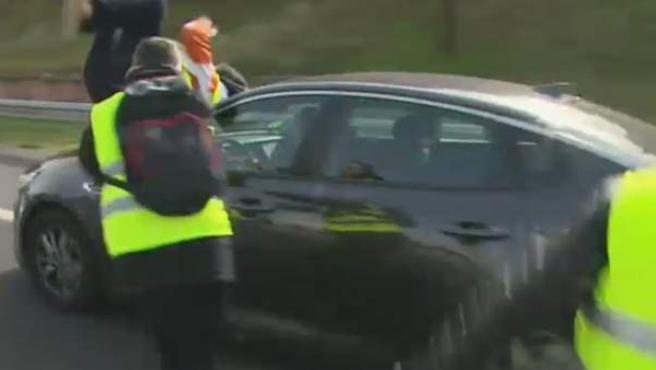 Un taxista es arrollado por un VTC, cuando intentaba cortar la circulación en la A-2, durante la segunda jornada de huelga del sector en Madrid.