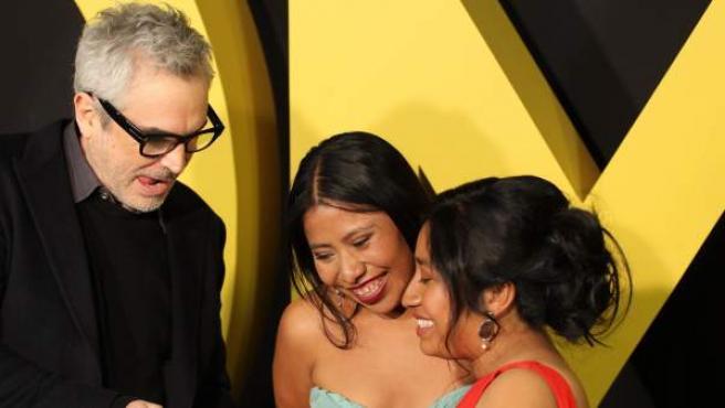 """Fotografía del director mexicano Alfonso Cuarón (i) y las actrices Yalitza Aparicio (c) y Nancy Garcia (d) durante una alfombra roja de presentación de la película """"Roma""""."""