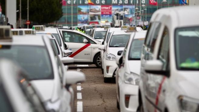 Decenas de taxis cortan los accesos a Ifema, un día antes de la inauguración de Fitur, un acto al que van a asistir los reyes de España.