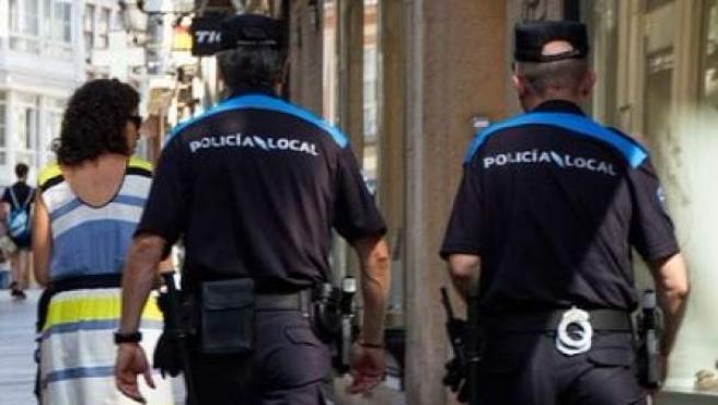 <p>Imagen de archivo de unos agentes de la Policía Local de A Coruña.</p>