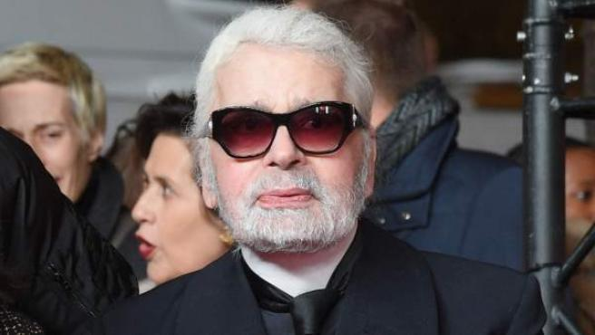 El director creativo de Chanel Karl Lagerfeld, en los Campos Elíseo de París, momentos antes de que se encendiera el alumbrado navideño.